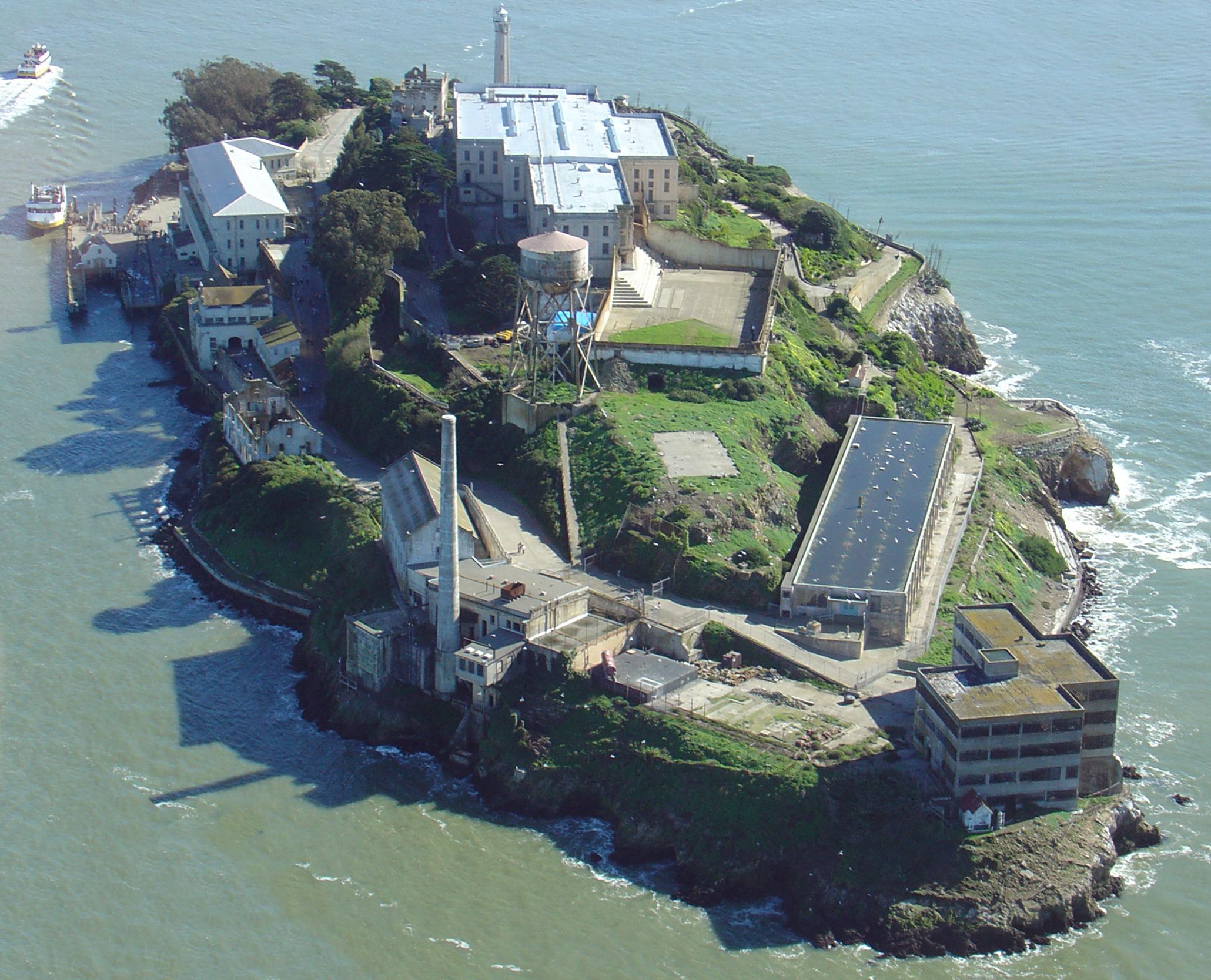 https://upload.wikimedia.org/wikipedia/commons/6/67/Alcatraz_Island,_helicopter_view.jpg