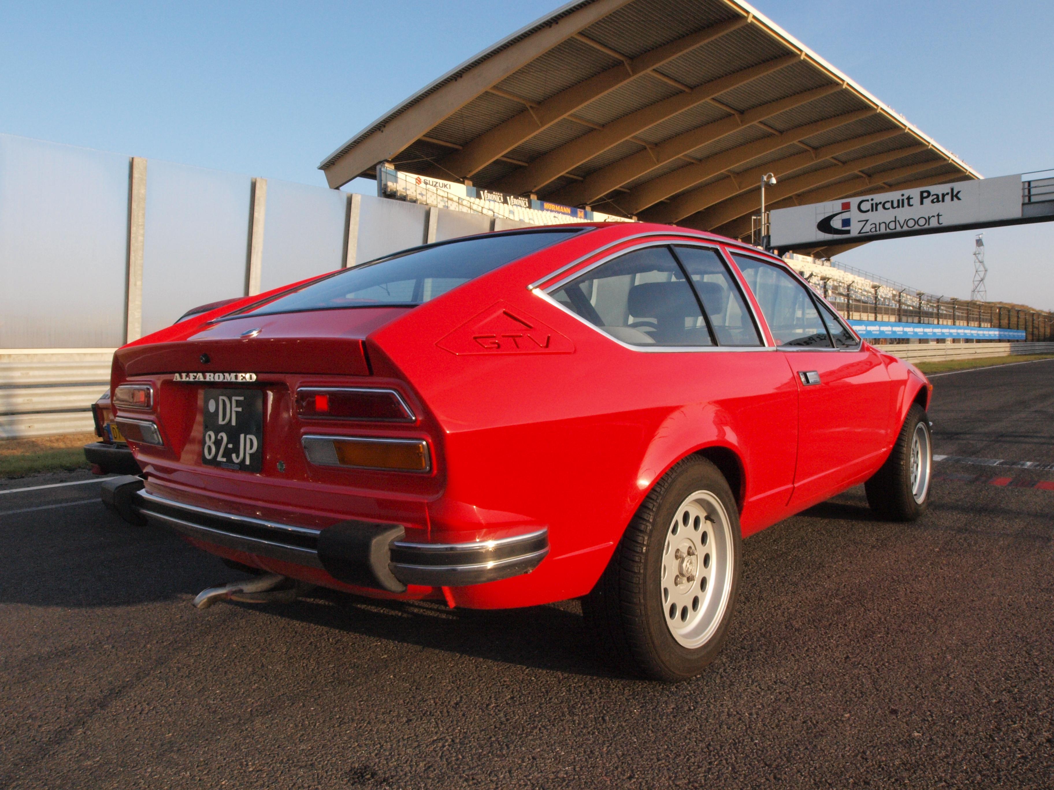 File:Alfa Romeo Alfetta 2000 GTV dutch licence registration DF-82-JP pic2.JPG - Wikimedia Commons