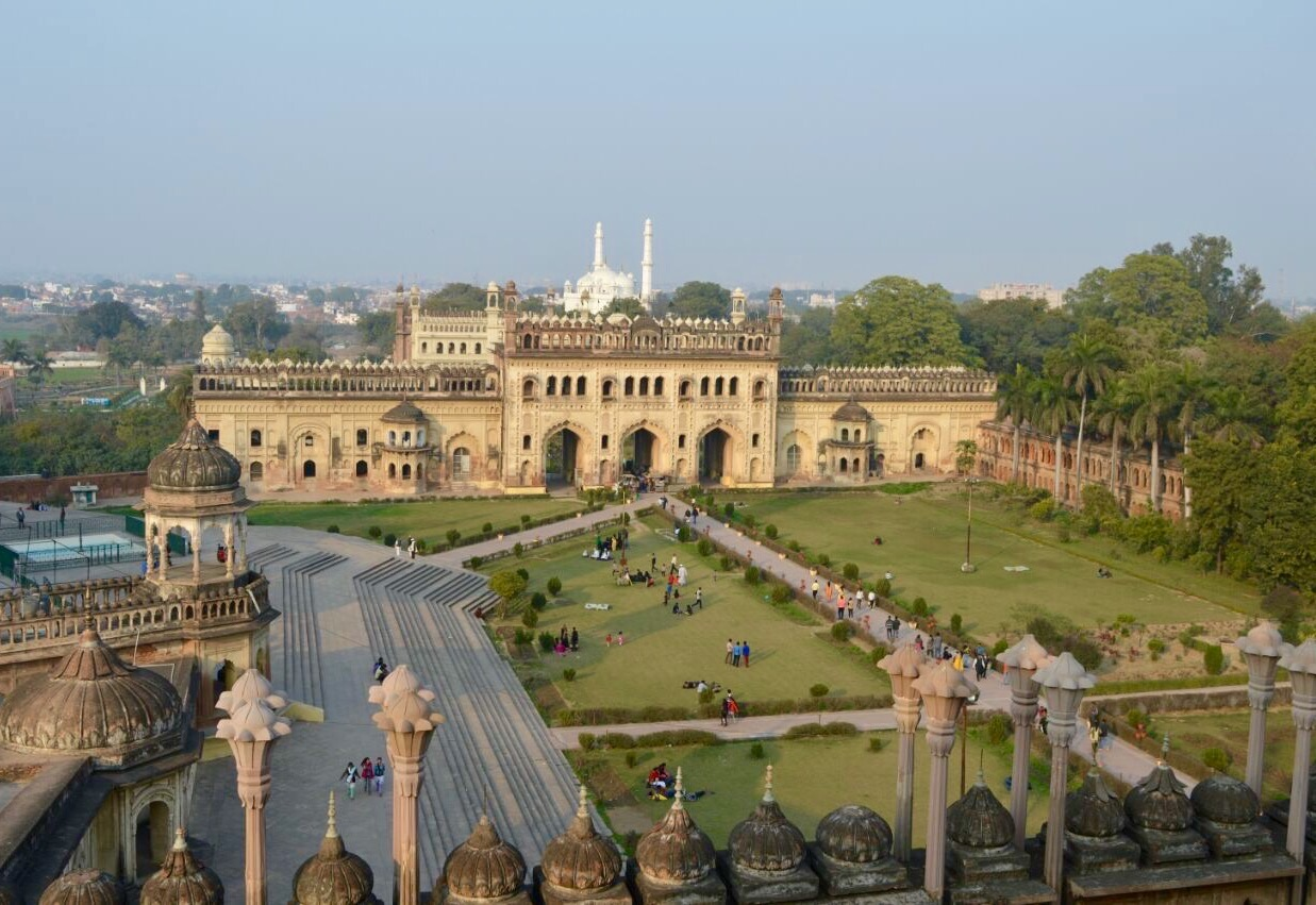bara imambara The bara imambara, lucknow lucknow, the capital of the north indian state of uttar pradesh is a modern city that can boast of having magnificent historical monuments.