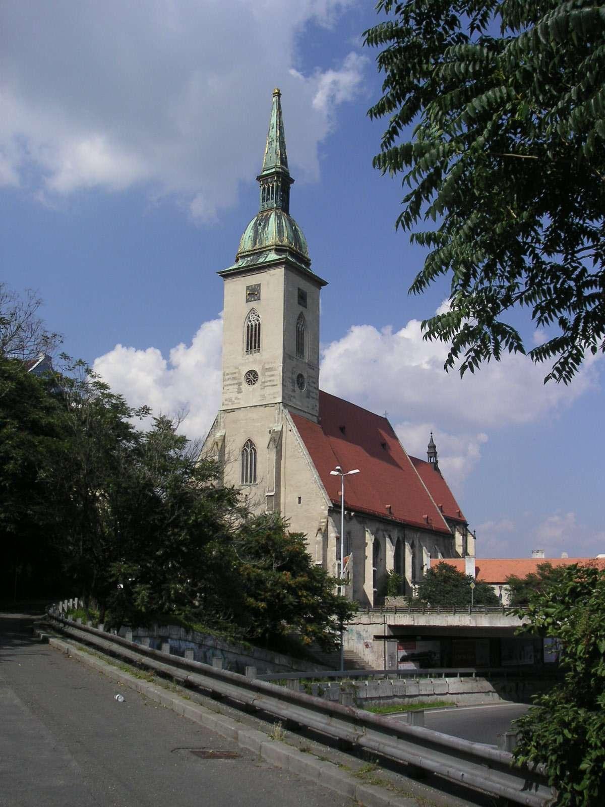http://upload.wikimedia.org/wikipedia/commons/6/67/Bratislava-Dom-sv-Martina.jpg