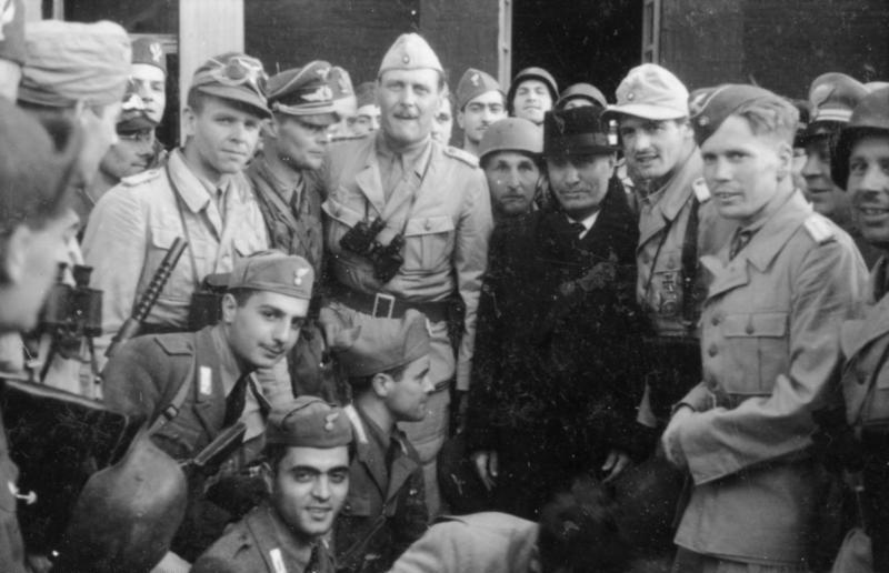 Bundesarchiv_Bild_101I-567-1503C-16%2C_Gran_Sasso%2C_Mussolini_vor_Hotel.jpg