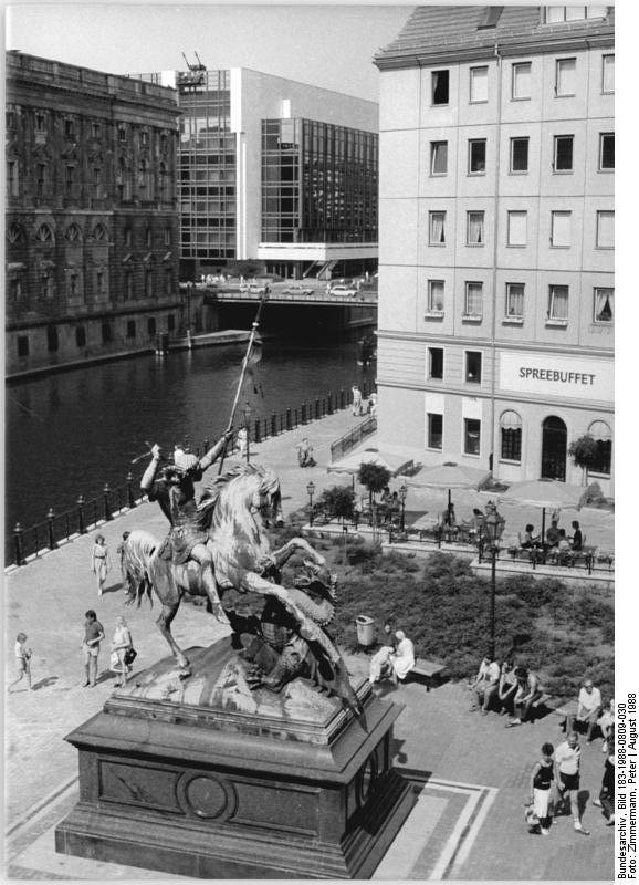 """Bundesarchiv Bild 183-1988-0809-030, Berlin, Reiterskulptur """"St.Georg im Kampf mit dem Drachen"""".jpg"""