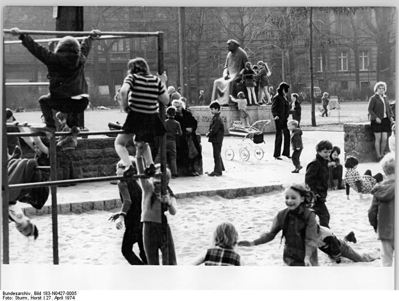 Kollwitzplatz à Prenzlauer Berg, Berlin dans les années 70. Photo de Sturm, Horst.