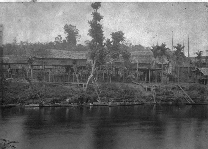 Arsitektur Rumah Betang di Tumbang Anoi merupakan rumah panjang sebagai hunian kolektif masyarakat suku Dayak Ot Danum di perhuluan sungai Kahayan.