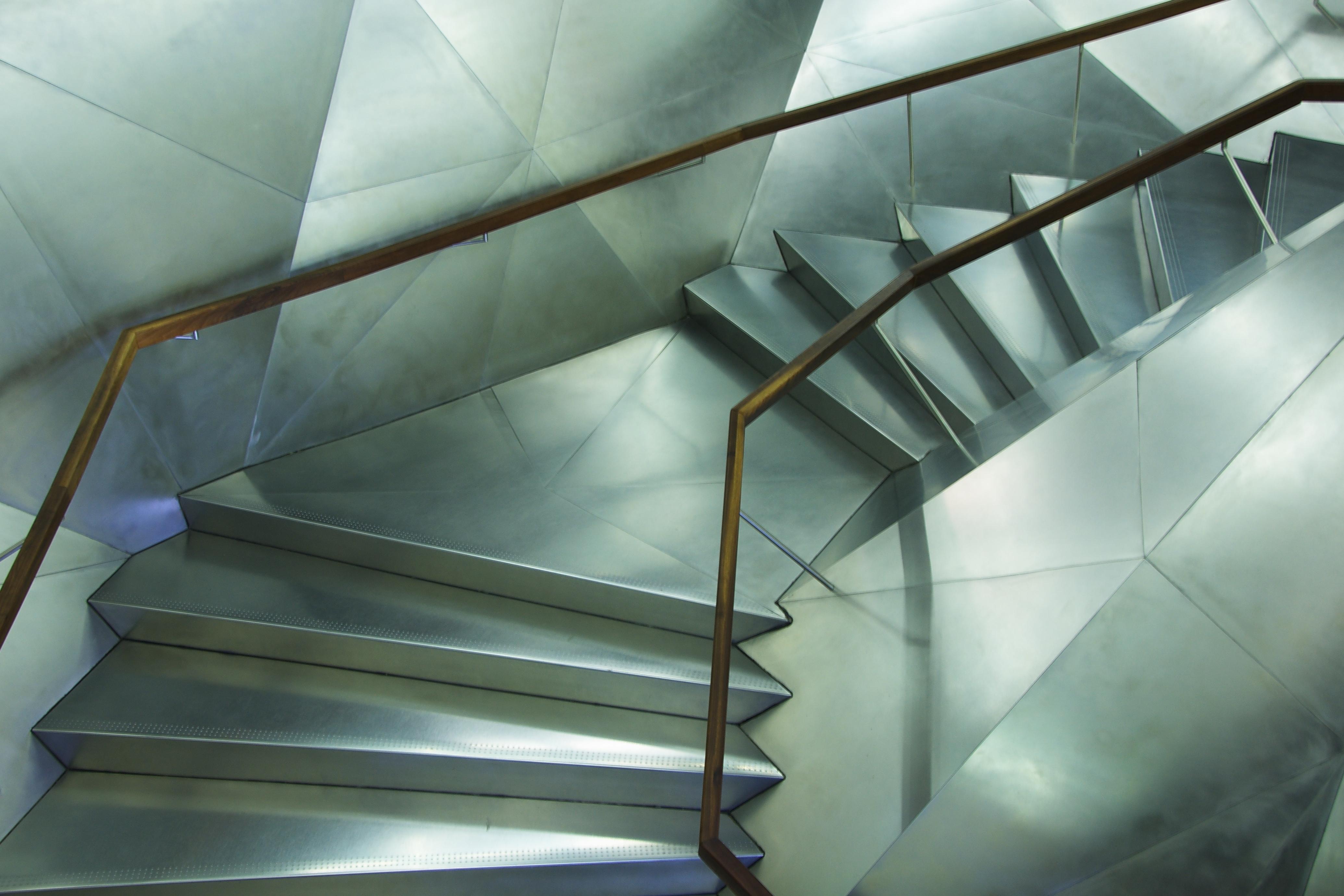 File caixaforum steel wikimedia commons - Tipos de escaleras ...