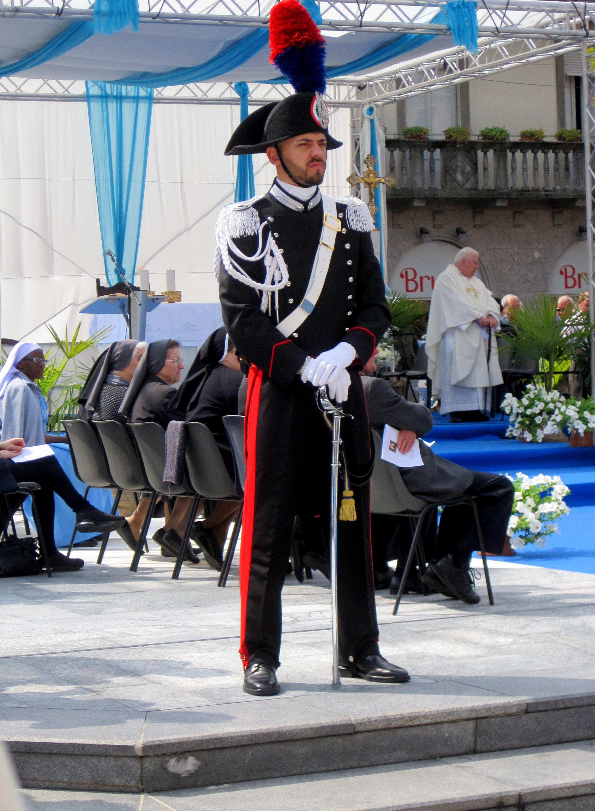 https://upload.wikimedia.org/wikipedia/commons/6/67/Carabiniere_pronto_per_ricevere_l%27arcivescovo_Angelo_Scola.jpg
