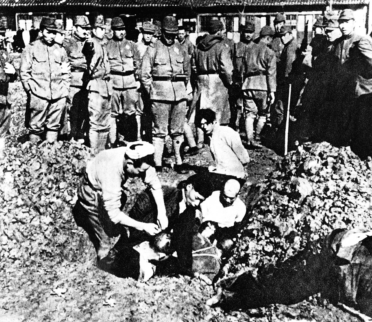 Datei:Chinese civilians to be buried alive.jpg