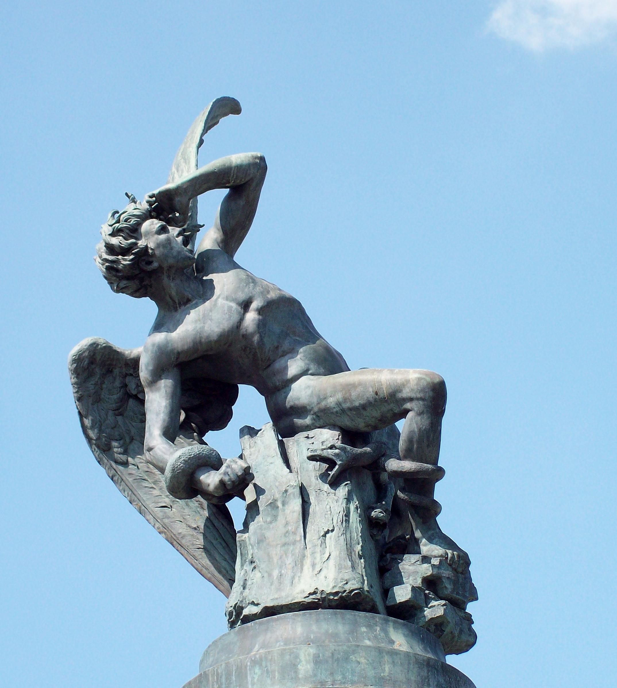 Trouvez le nom et le pays de ce monument ou ce lieu  El_%C3%81ngel_Ca%C3%ADdo_(Ricardo_Bellver)_06
