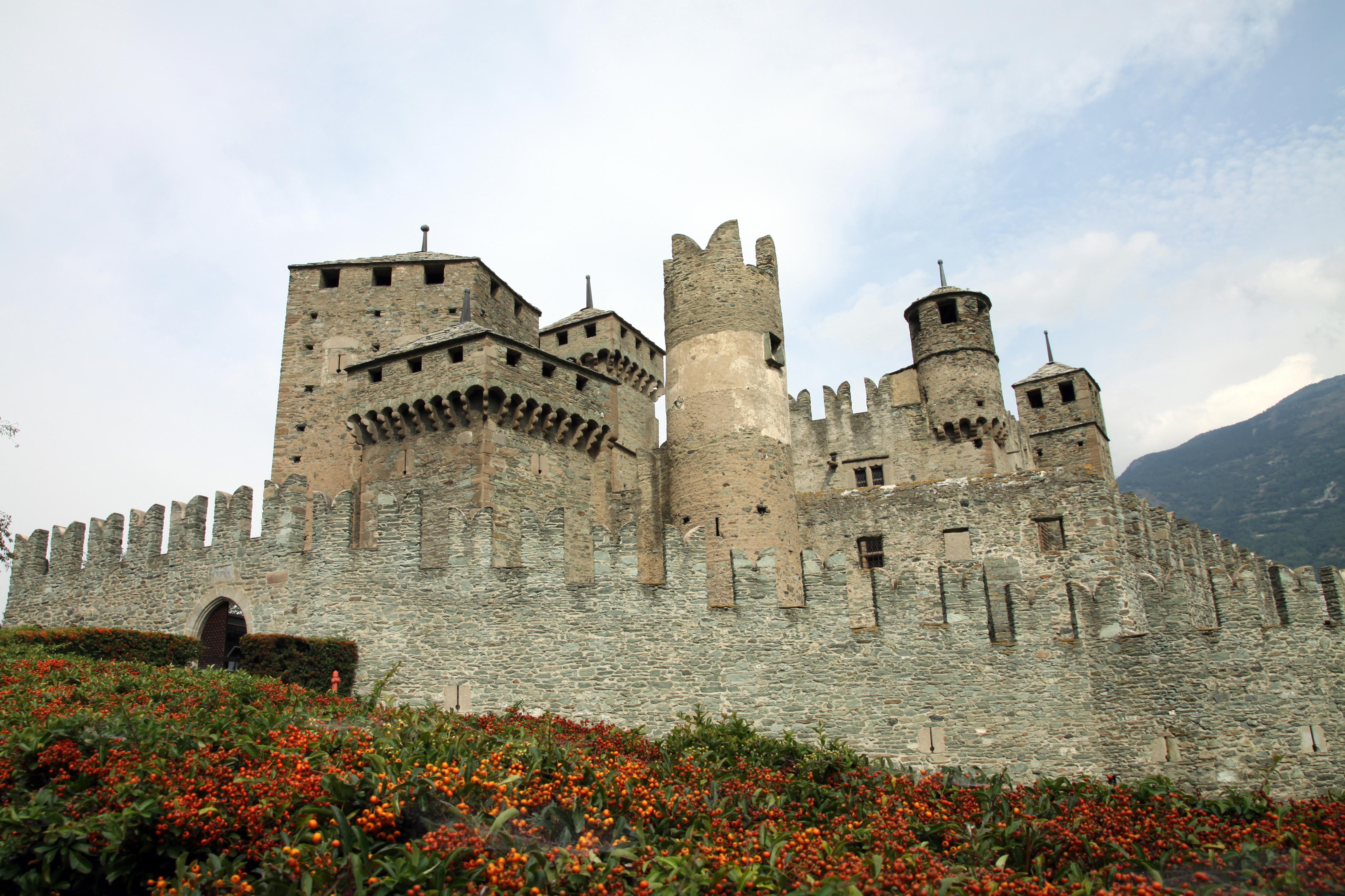 File:Il castello medioevale di Fénis.JPG - Wikimedia Commons