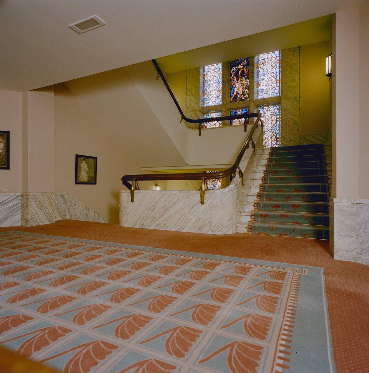 fileinterieur overzicht trappenhuis met glas in loodramen van rn roland holst uit