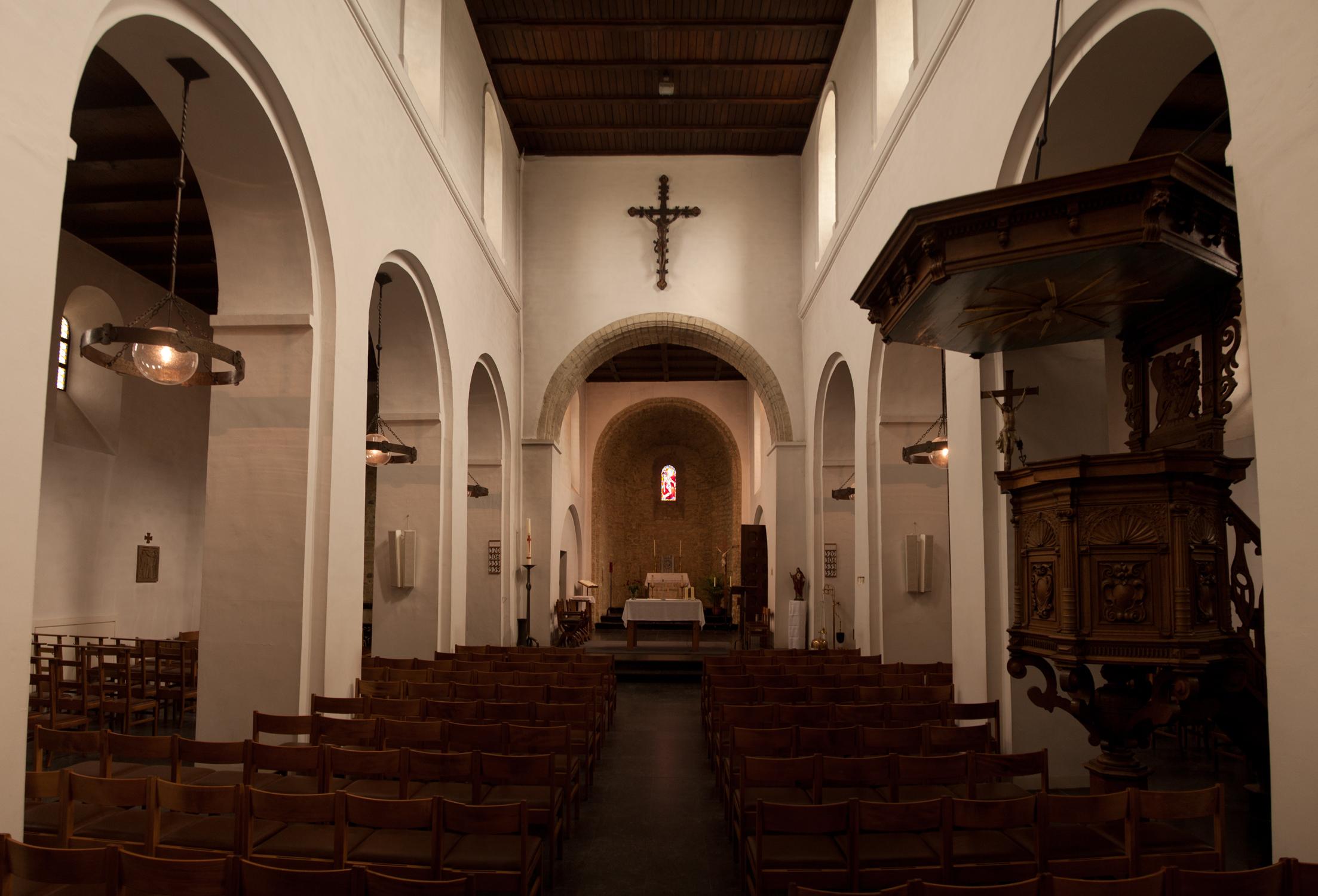 https://upload.wikimedia.org/wikipedia/commons/6/67/Kerk_bertem_interieur.jpg