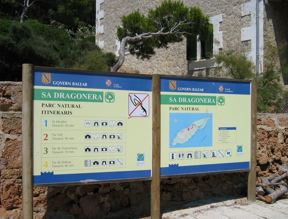 https://upload.wikimedia.org/wikipedia/commons/6/67/Mallorca_isla_sa_dragonera_sign_hiking_tracks_2007-08-14.jpg