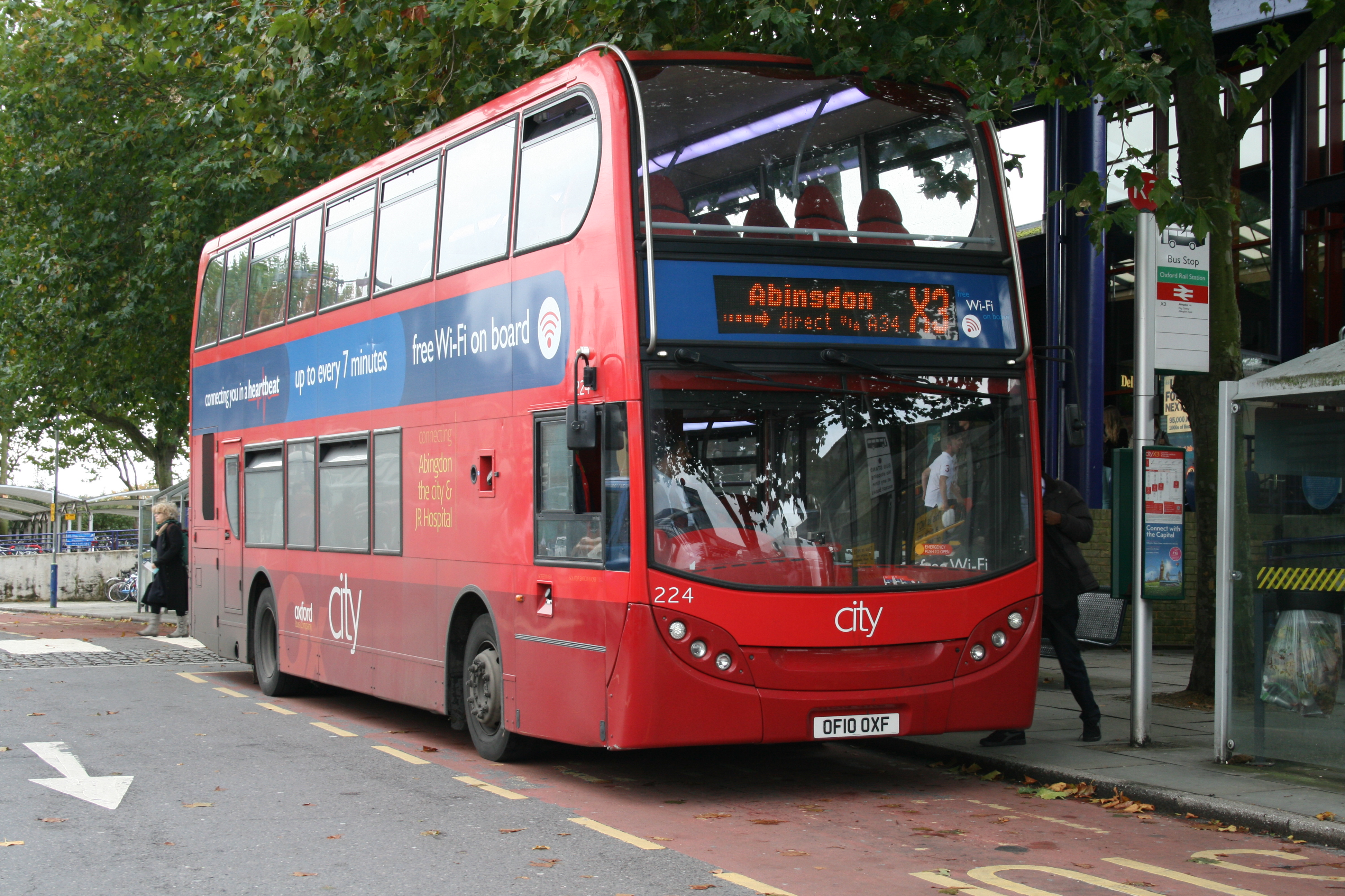 file:oxford bus company 224 on route x3, oxford station (15576900125