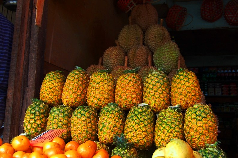 Pineapples By https://www.flickr.com/photos/georgeparrilla/3012781552/ [CC BY 2.0 (https://creativecommons.org/licenses/by/2.0)], via Wikimedia Commons