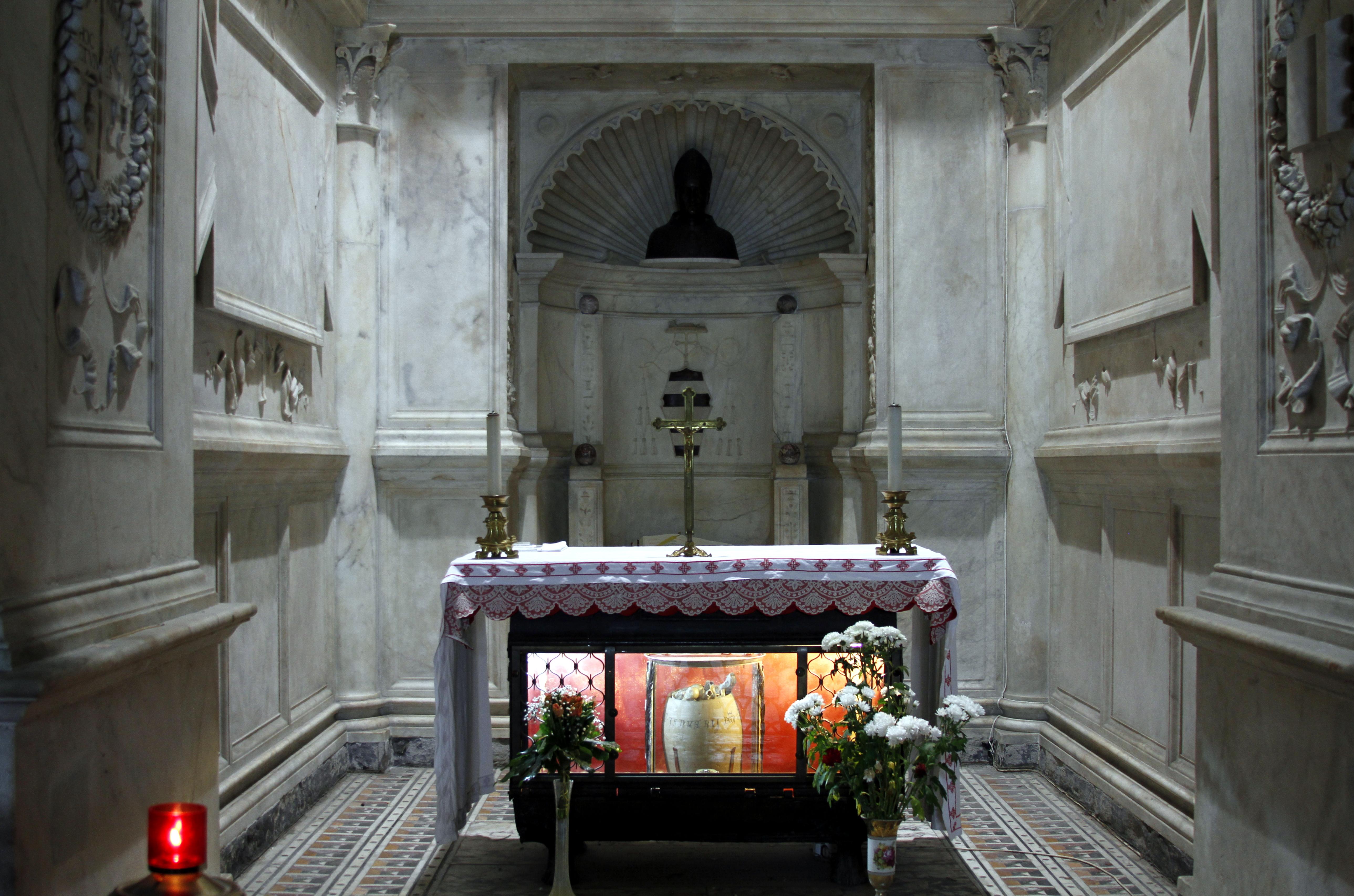 Alteret med relikvaret i Cappella del Succorpo i krypten i domkirken i Napoli
