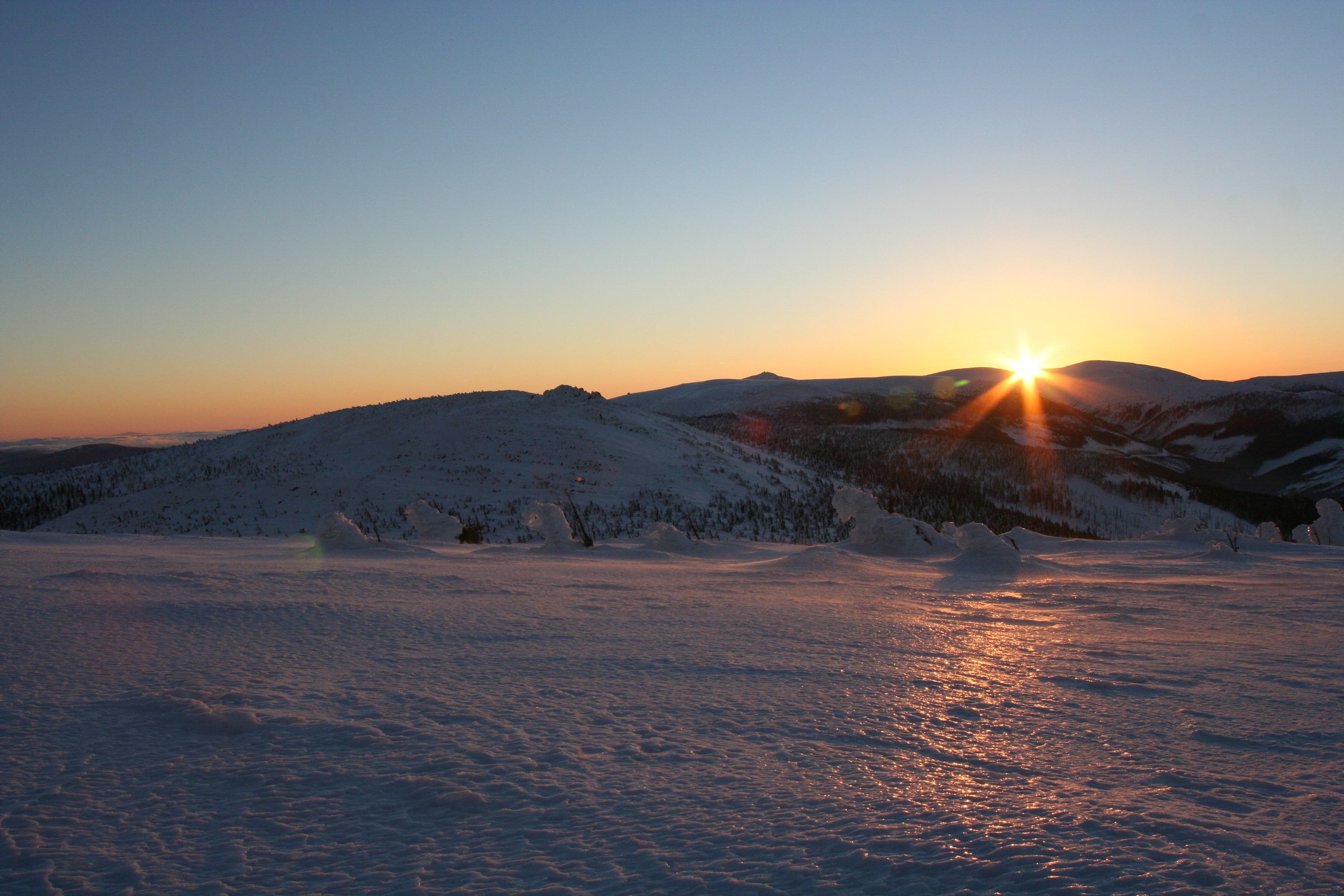 File:Sunrise Karkonosze winter.jpg - Wikimedia Commons