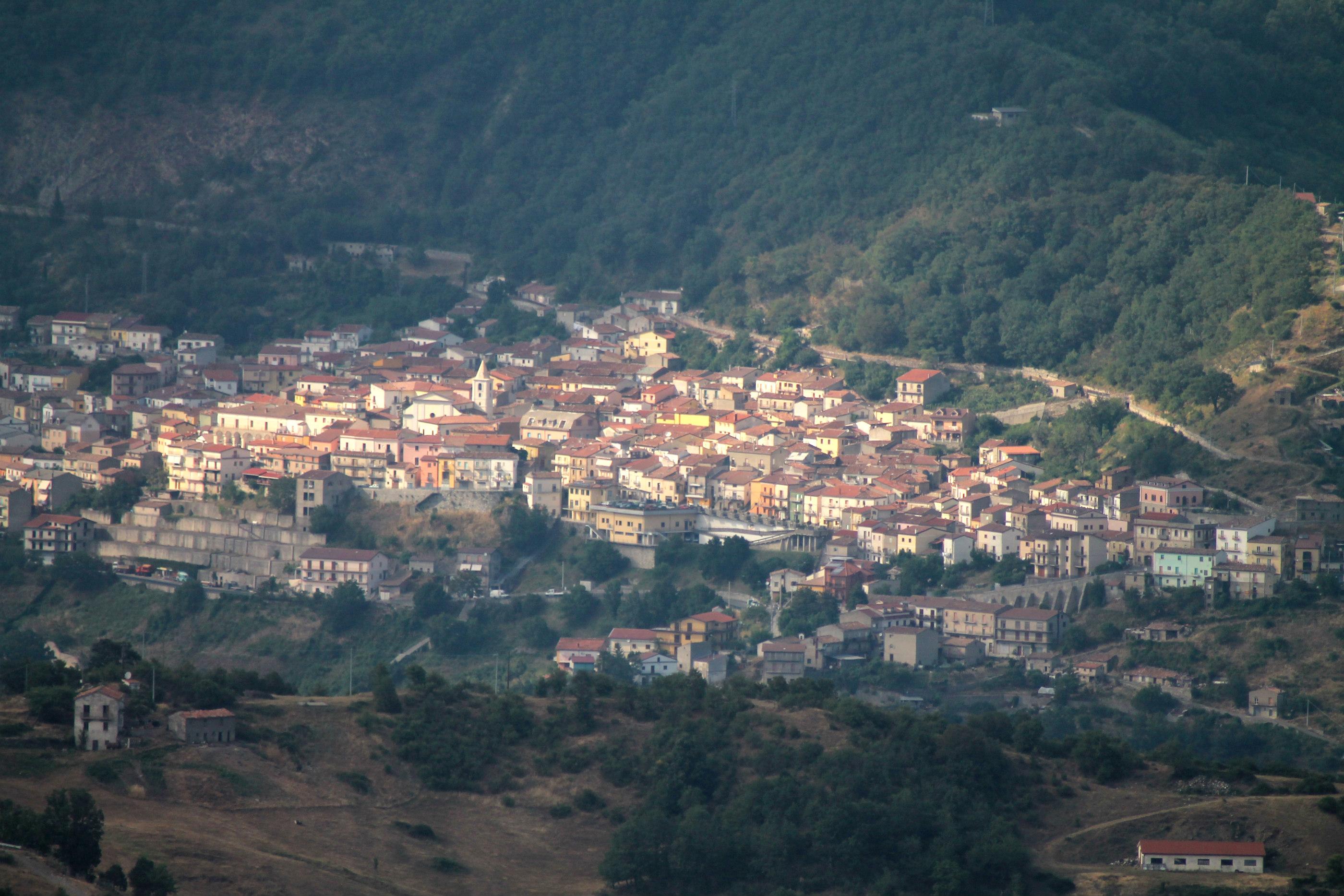 https://upload.wikimedia.org/wikipedia/commons/6/67/Terranova_di_pollino.jpg