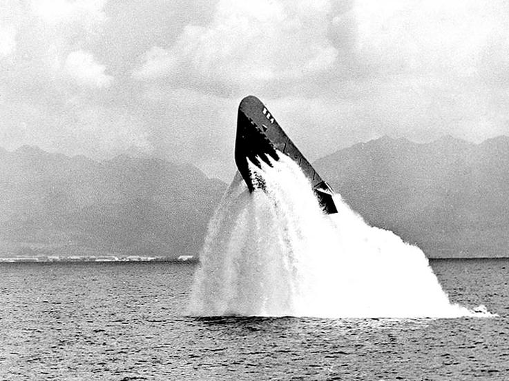 USS_Pickerel_(SS-524)_surfacing_near_Oah