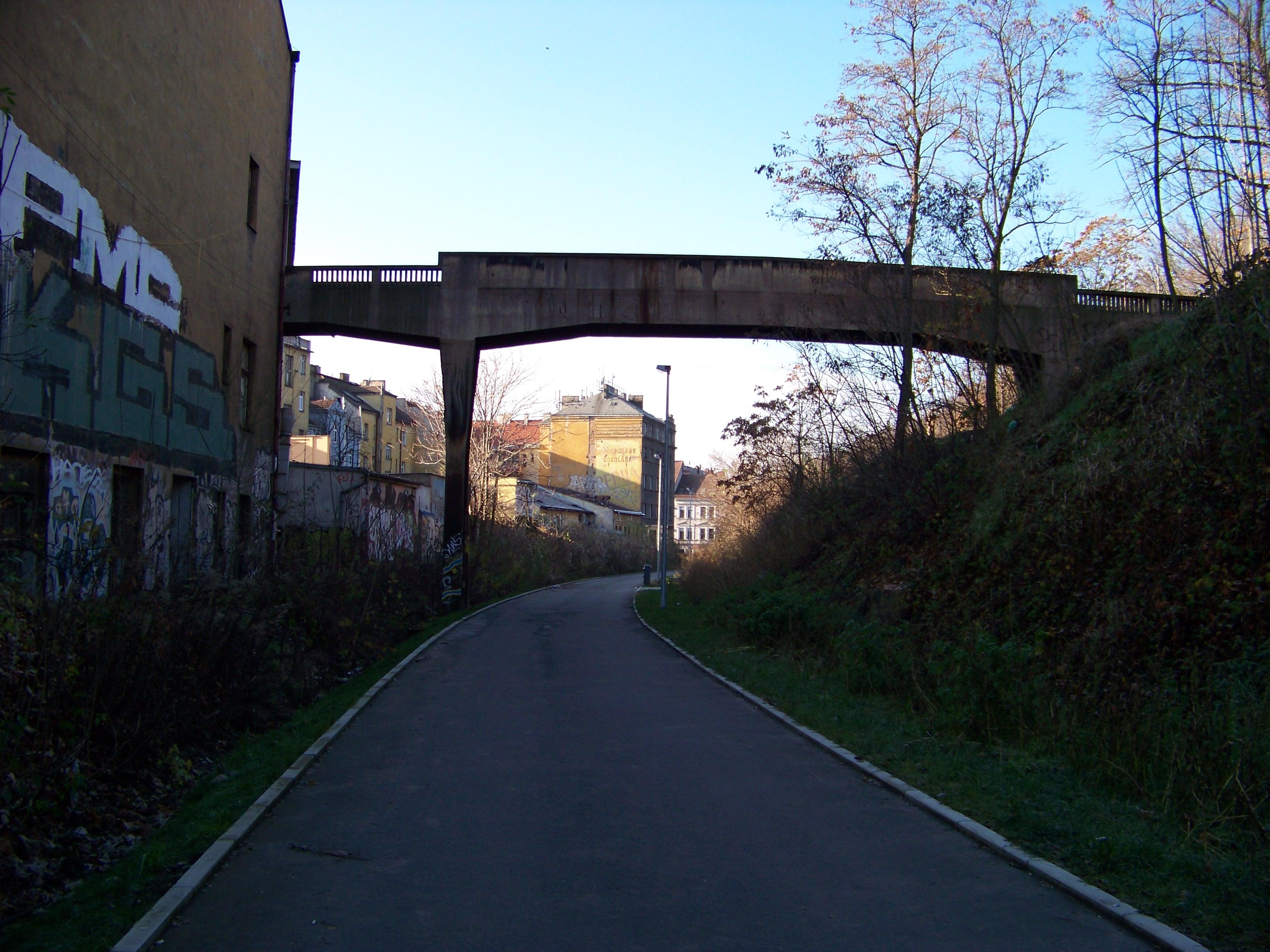 Vítkovská trať, cyklostezka, sokolská lávka, pohled k západu.jpg