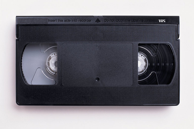 https://upload.wikimedia.org/wikipedia/commons/6/67/VHS-cassette.jpg