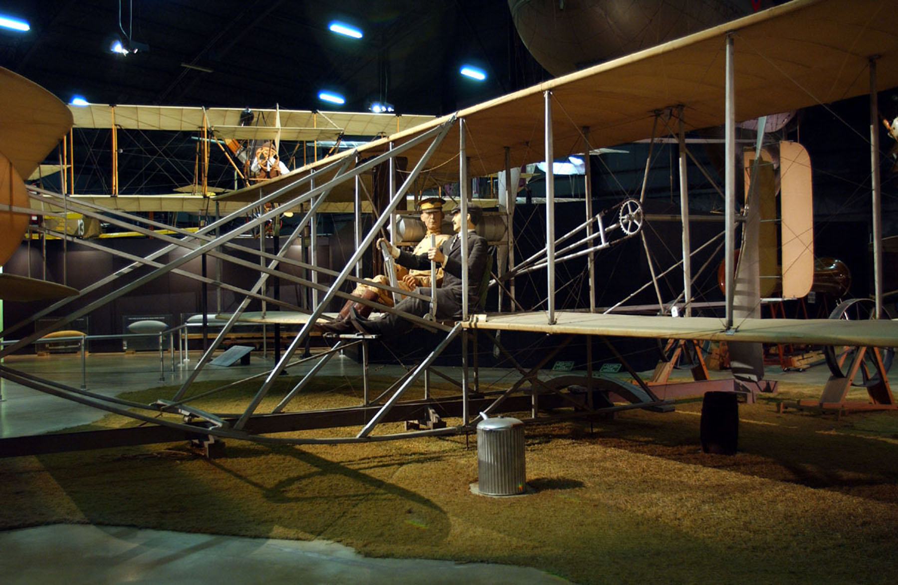 http://upload.wikimedia.org/wikipedia/commons/6/68/1909_Wright_Flyer_USAF.jpg