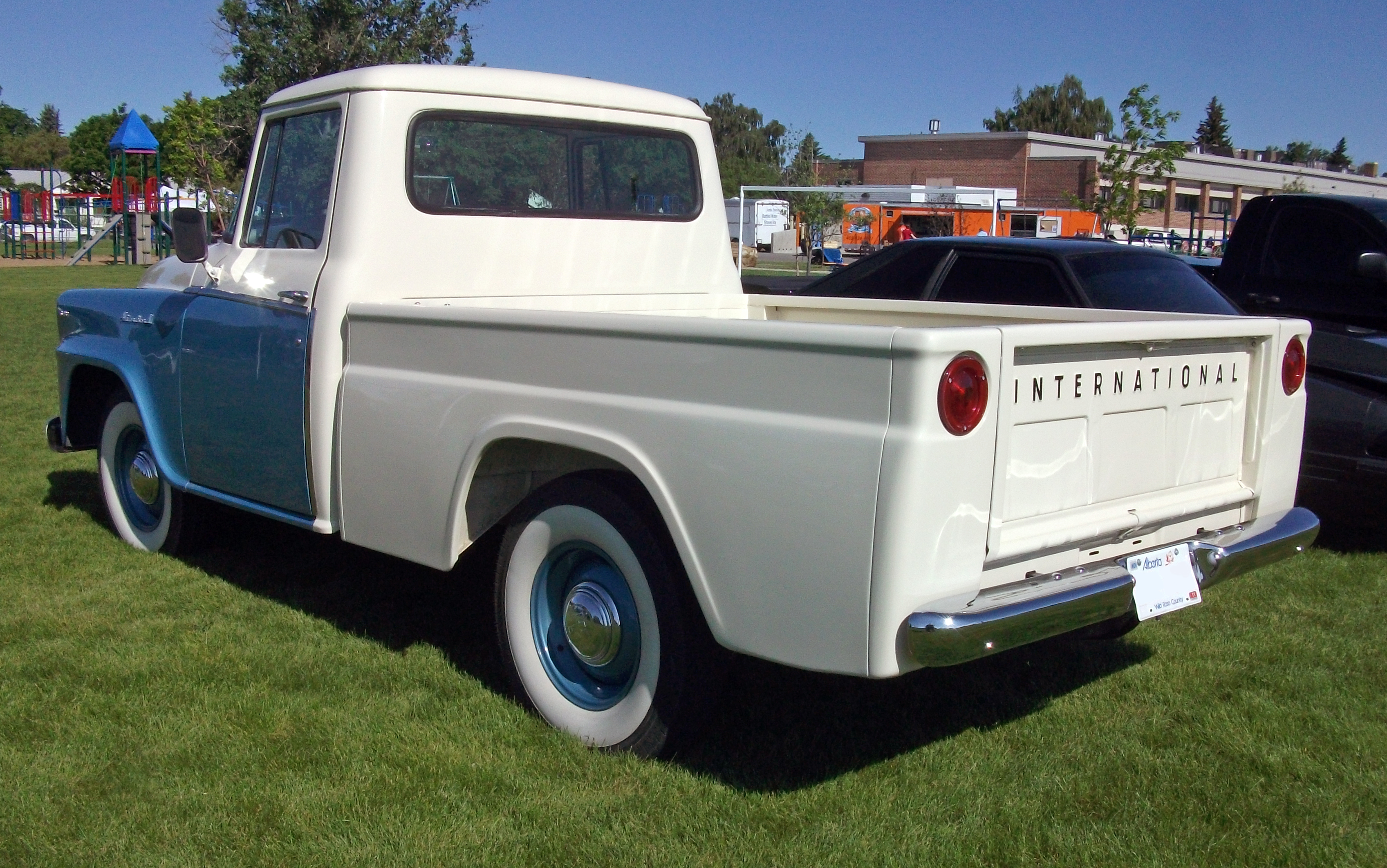 1960_International_B-100_truck.jpg
