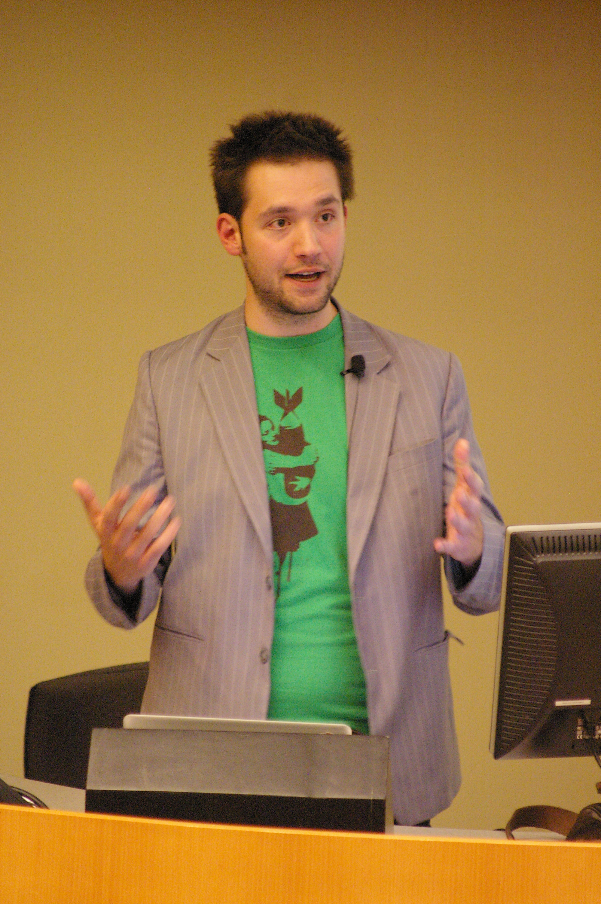 Co-founder Alexis Ohanian speaking in 2009