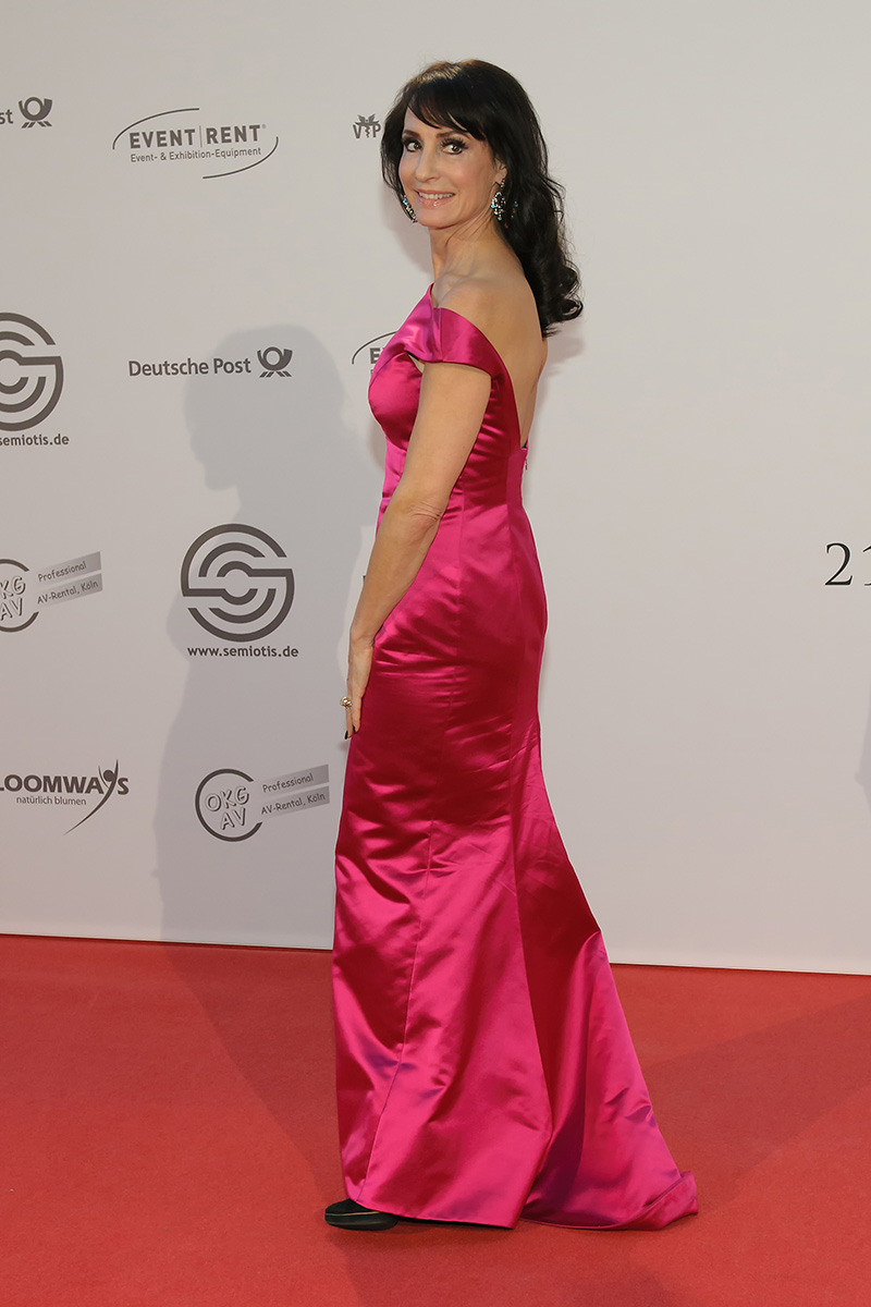 The 55-year old daughter of father (?) and mother(?) Anna Maria Kaufmann in 2020 photo. Anna Maria Kaufmann earned a  million dollar salary - leaving the net worth at 2.2 million in 2020