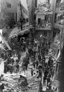 Effetti di una vettura fatta esplodere sulla Ben Yehuda St., che massacrò 53 persone e ne ferì numerose altre.