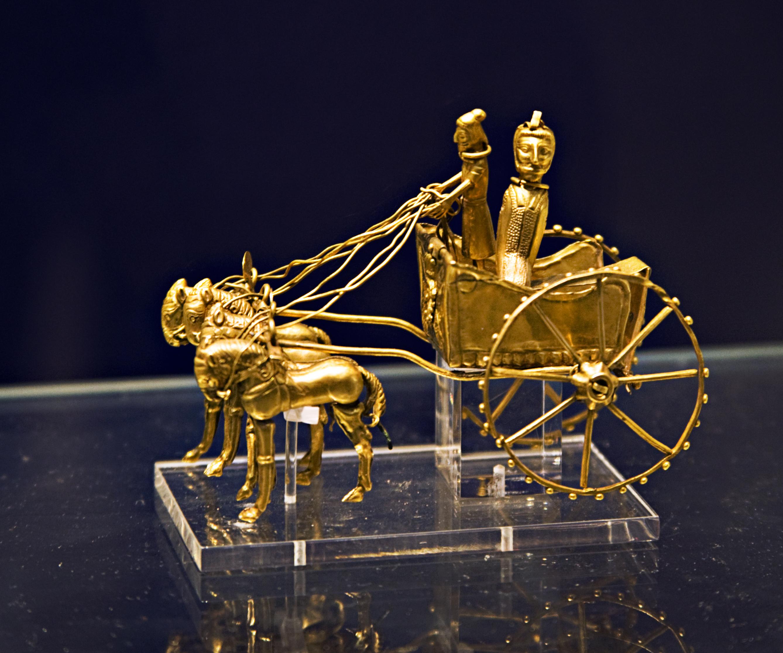 https://upload.wikimedia.org/wikipedia/commons/6/68/Britishmuseumoxustreasuregoldchariotmodel.jpg