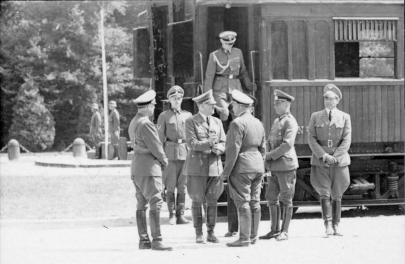 Himmler, Hitler, Göring, Raeder, von Ribbentrop und Heß vor dem Wagen von Compiègne, 22. Juni 1940