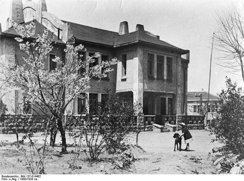 """File:Bundesarchiv Bild 137-014462, Tsingtau, """"Deutsches Heim"""".jpg"""