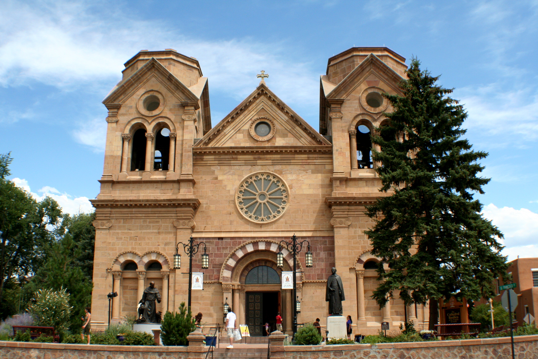 https://upload.wikimedia.org/wikipedia/commons/6/68/Cathedral_of_St._Francis%2C_Santa_Fe%2C_New_Mexico.JPG