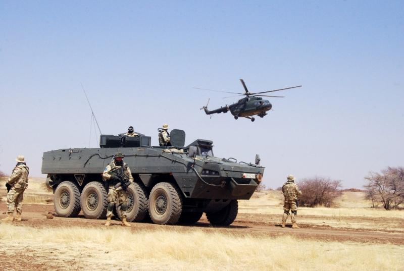 EUFOR,_2009-02-17,_wsp%C3%B3%C5%82dzia%C5%82anie_kawalerii,_KTO_Rosomak,_Mi-17,_01.jpg