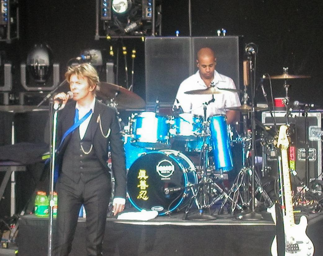 Bowie durante una presentación de su Heathen Tour junto a Sterling Campbell en 2002.