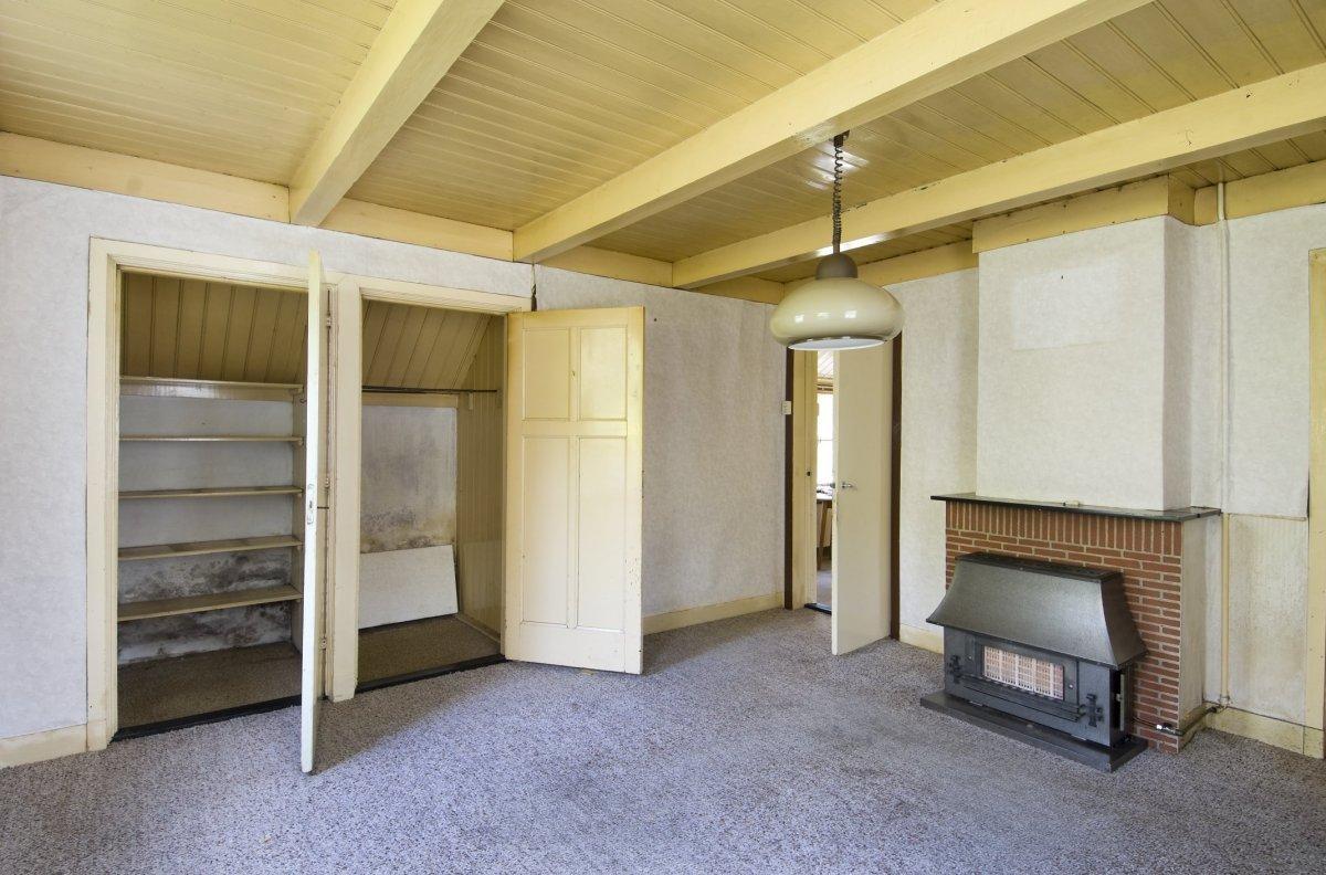Description Interieur, overzicht woonkamer met openstaande kastenwand ...