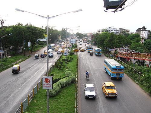 Přeplněná silnice v Kalkatě