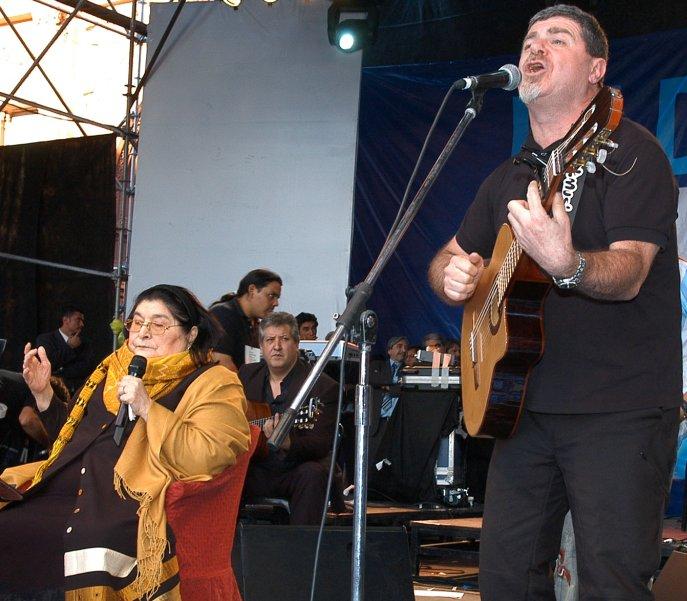 Mercedes Sosa y el roquero Gustavo Santaolalla cantando en Plaza de Mayo. Una de las características de Mercedes Sosa fue comunicar estrechamente la música folklórica con el rock nacional argentino.