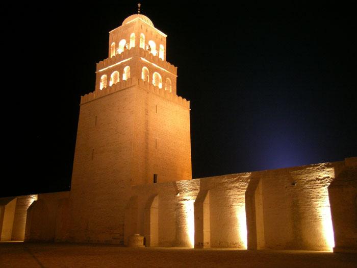 La grande mosquée de Kairouan vue de nuit