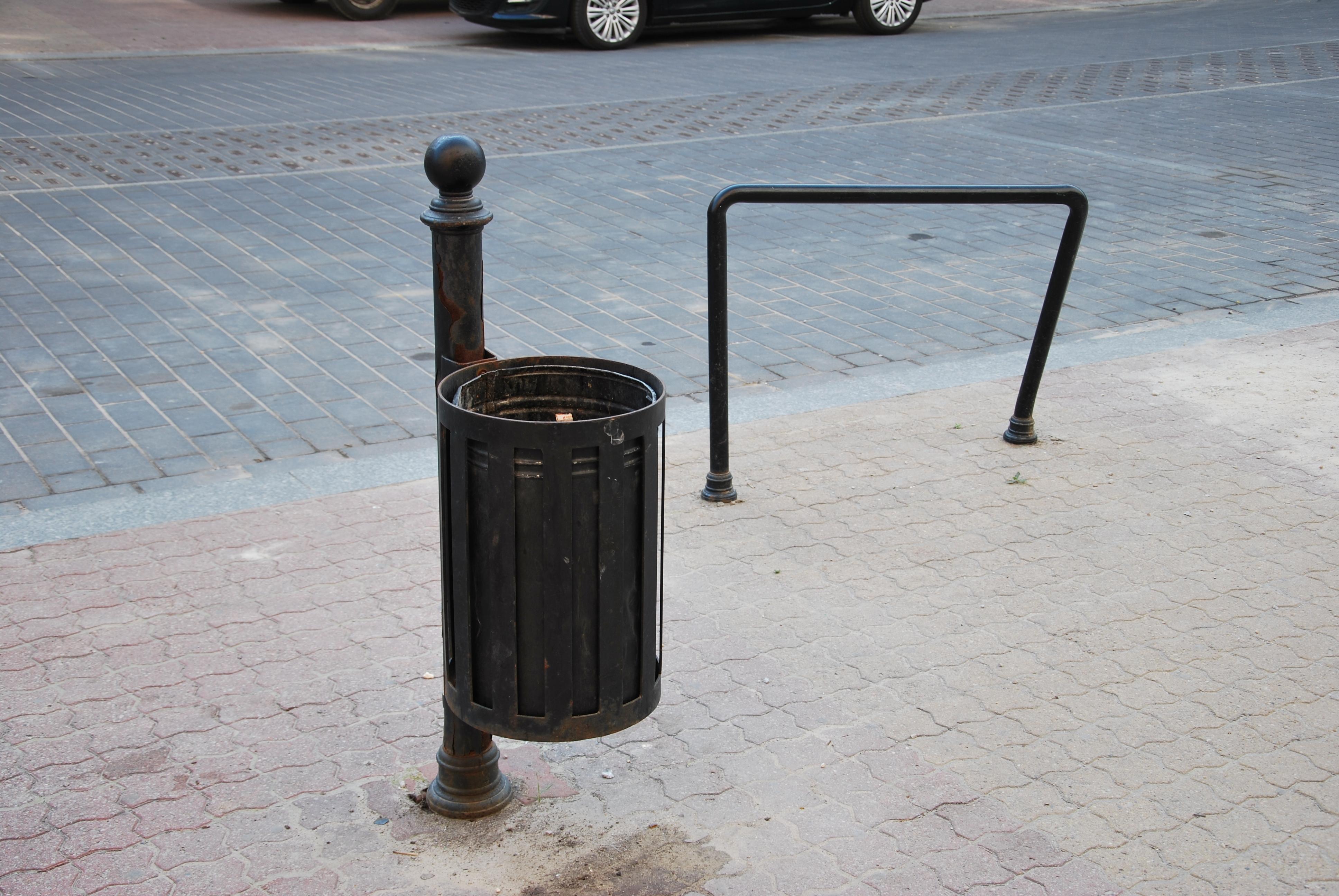 File:Old Street Furniture, Łódź Piotrkowska Street