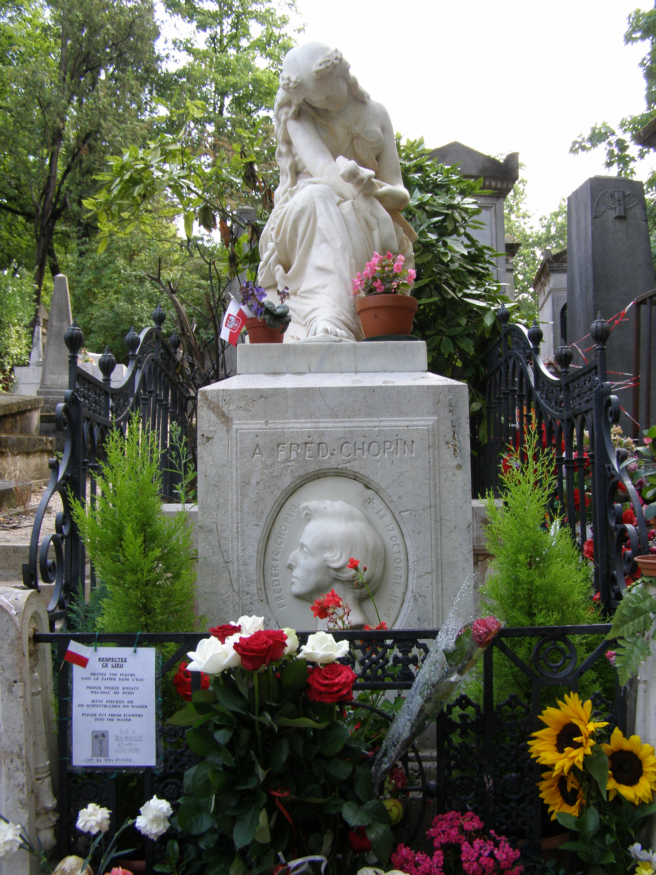 https://upload.wikimedia.org/wikipedia/commons/6/68/Pary%C5%BC_p%C3%A8re-lachaise_chopin.JPG
