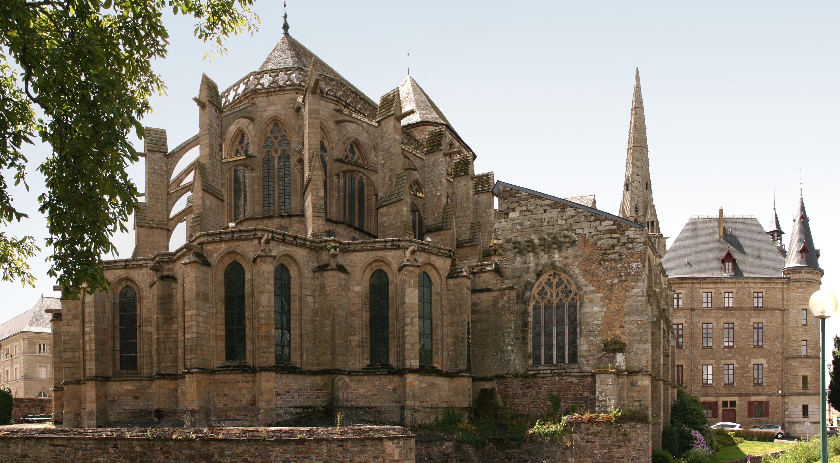 File:Redon - Chevet de l'abbatiale Saint-Sauveur et mairie ...