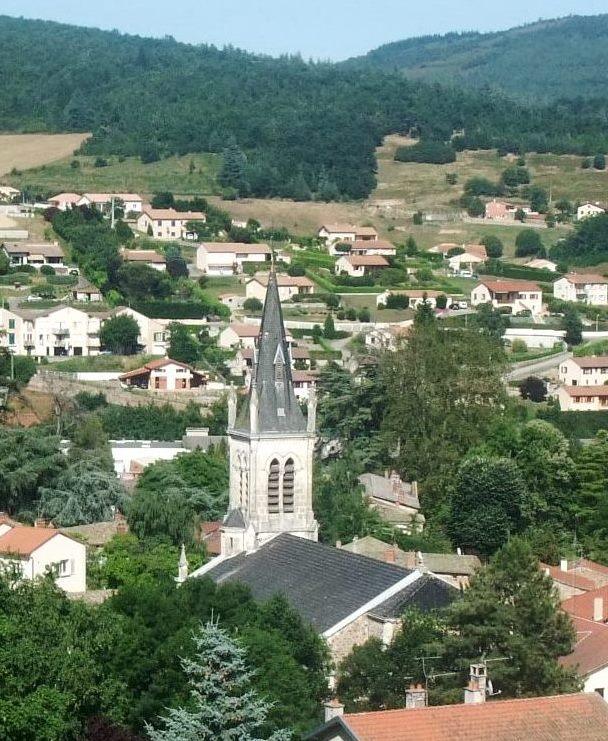 Un village, des villas, des prés et des bois.