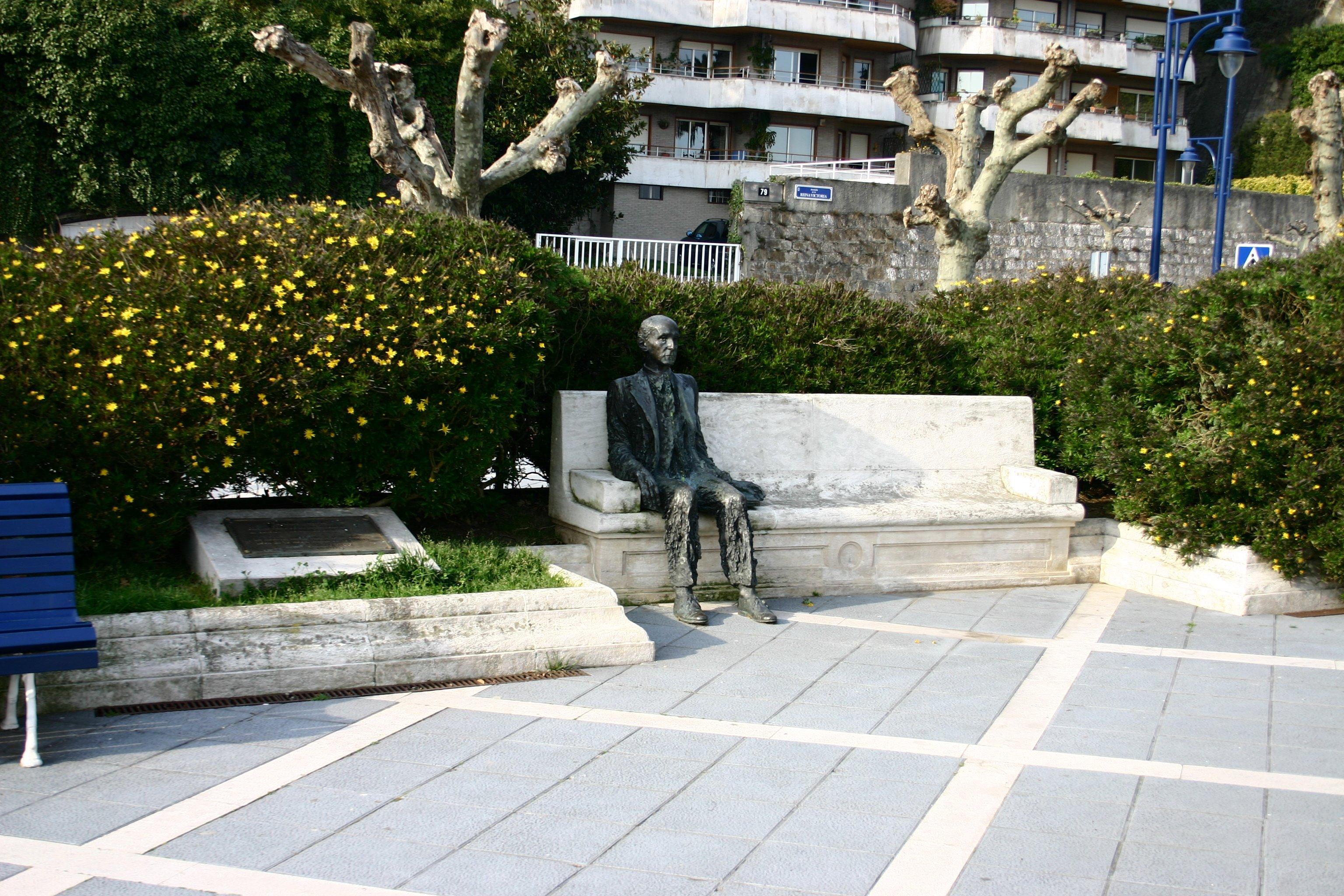 Estatua de Gerardo Diego en Santander.