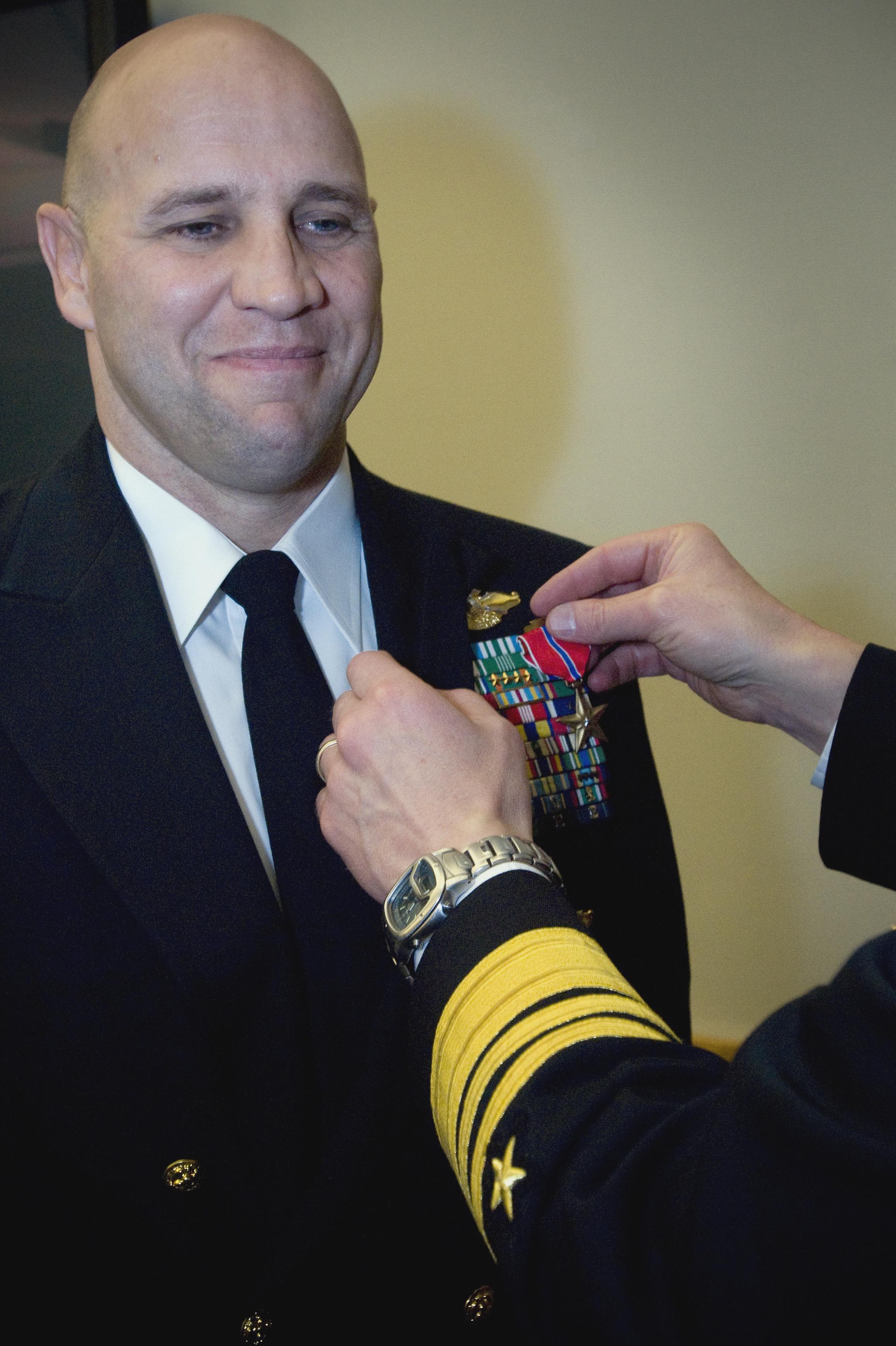 File:US Navy 080208-N-0502M-007 Chief Warrant Officer Jeffrey R ...