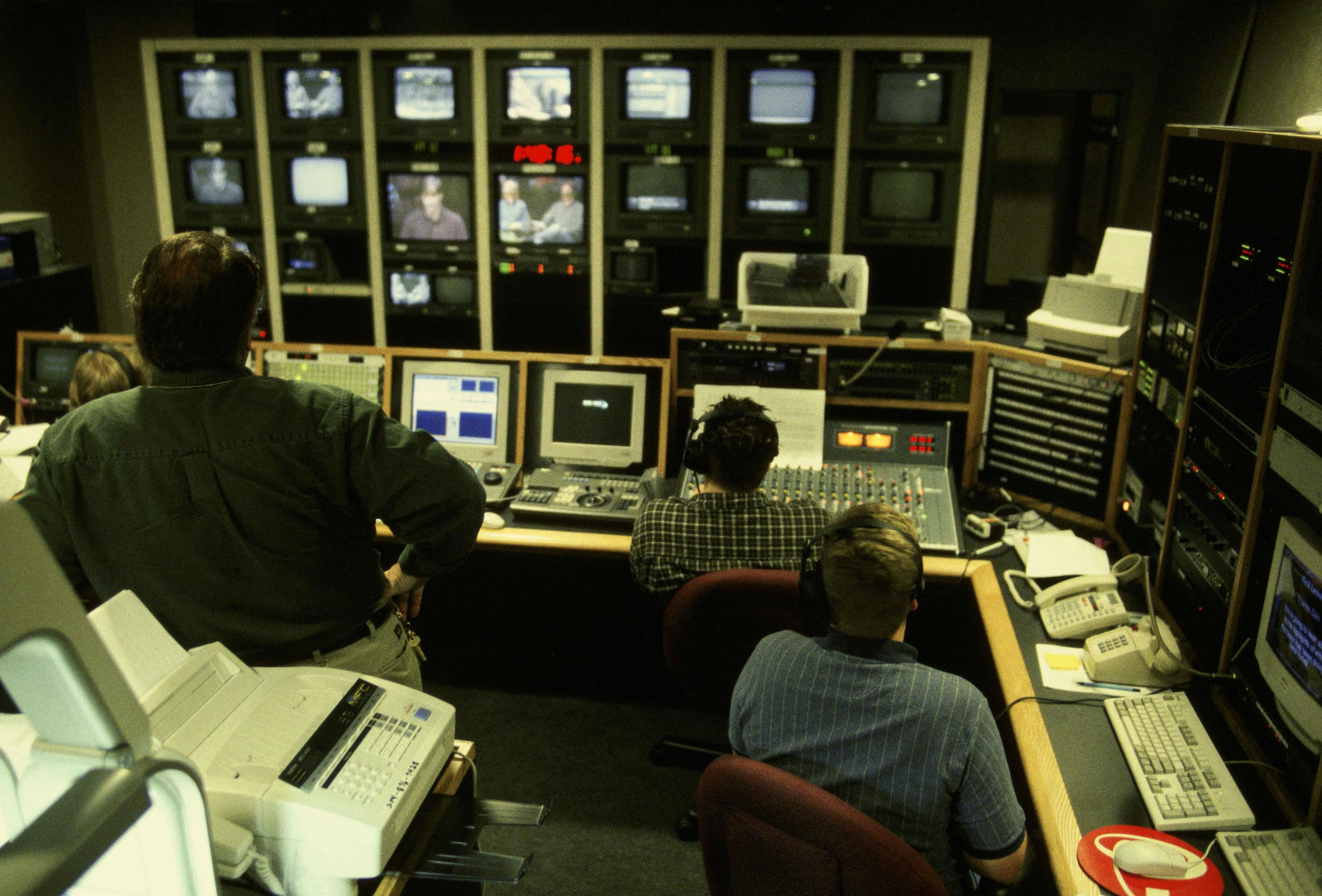 https://upload.wikimedia.org/wikipedia/commons/6/68/Video_production_workers_in_studio_studying_bank_of_monitors_showing_camera_views.jpg