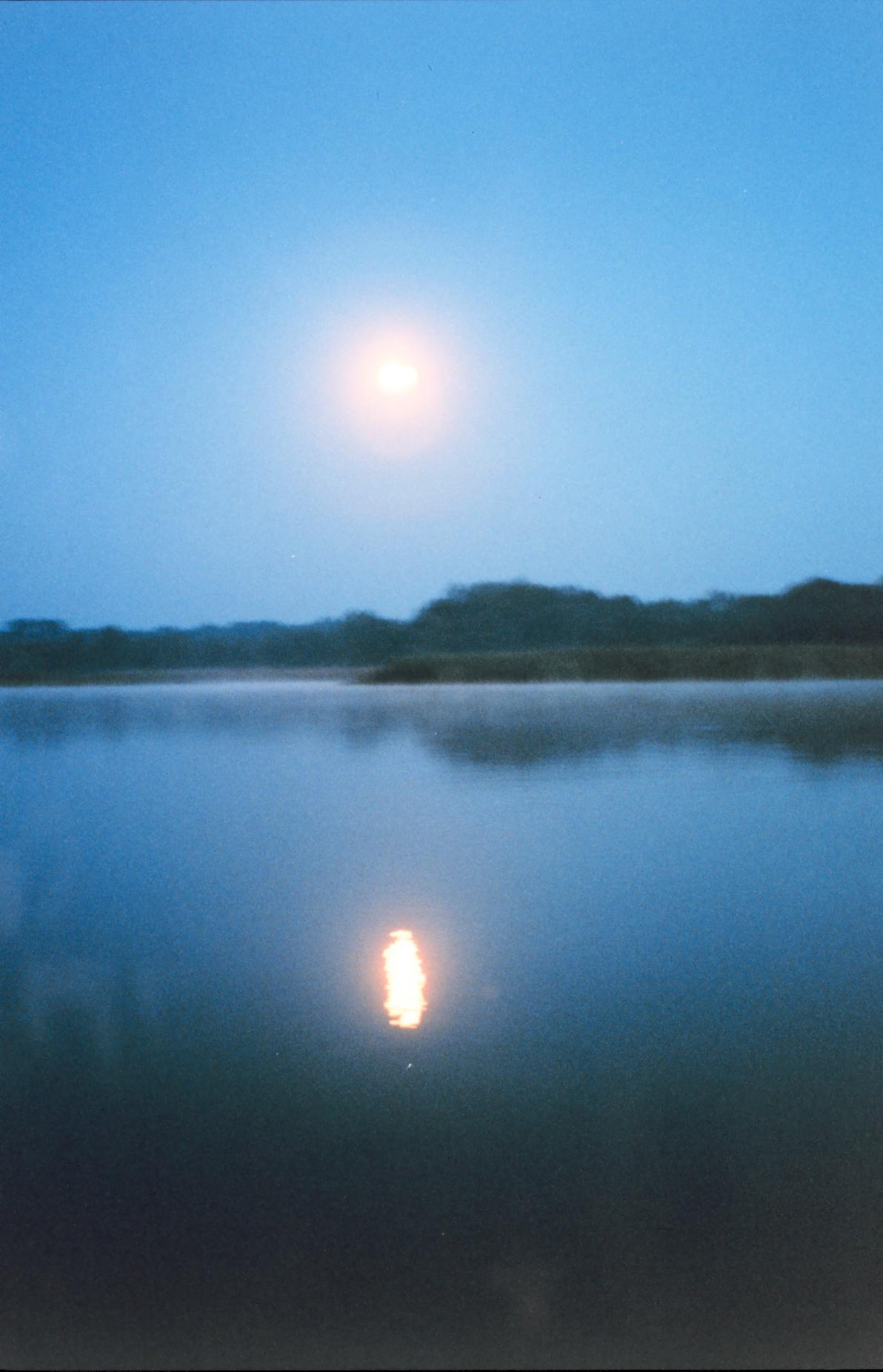 A_full_moon_reflecting_off_the_river_-_NOAA.jpg?uselang=fr