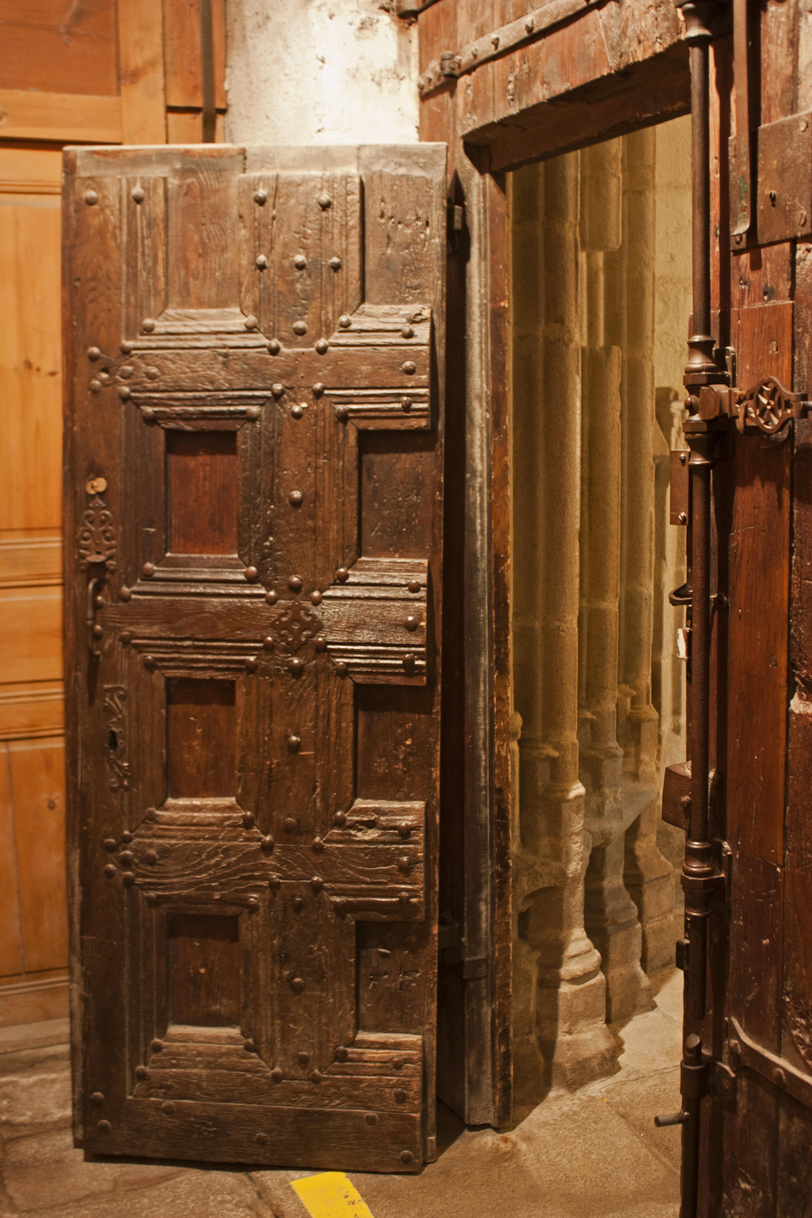 file abbaye saint robert de la chaise dieu vantail de la porte d 39 entr e. Black Bedroom Furniture Sets. Home Design Ideas