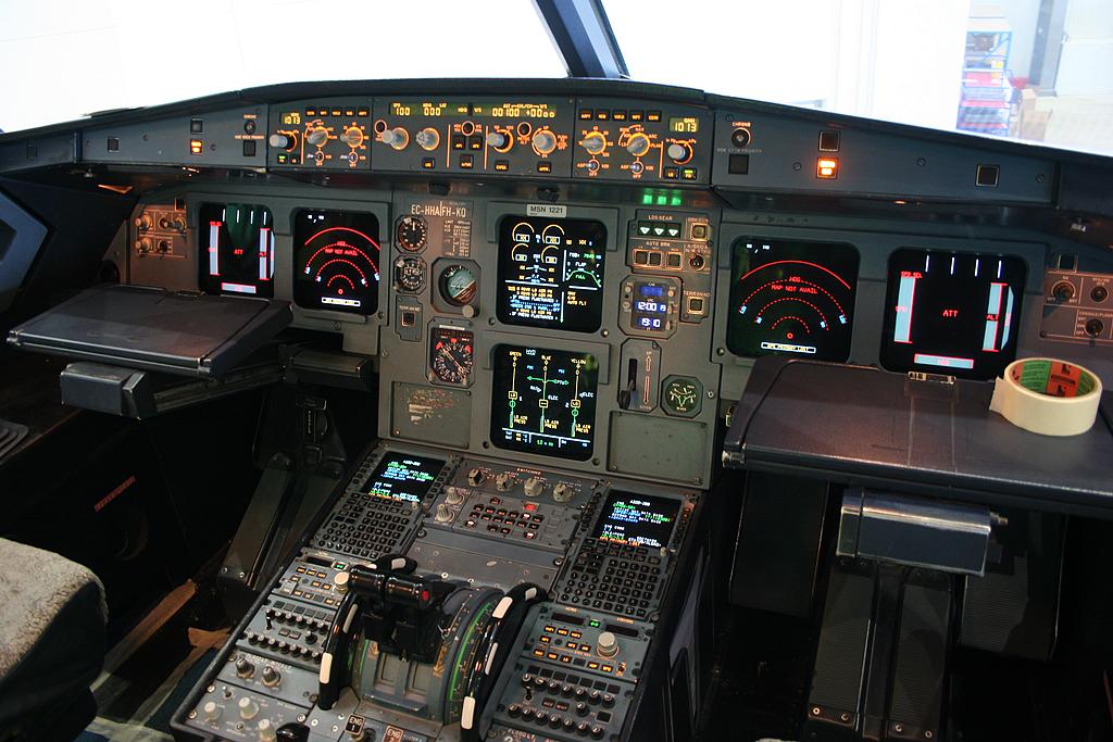 File airbus a320 214 vueling ec hha cockpit 5508849819 for Interieur avion easyjet