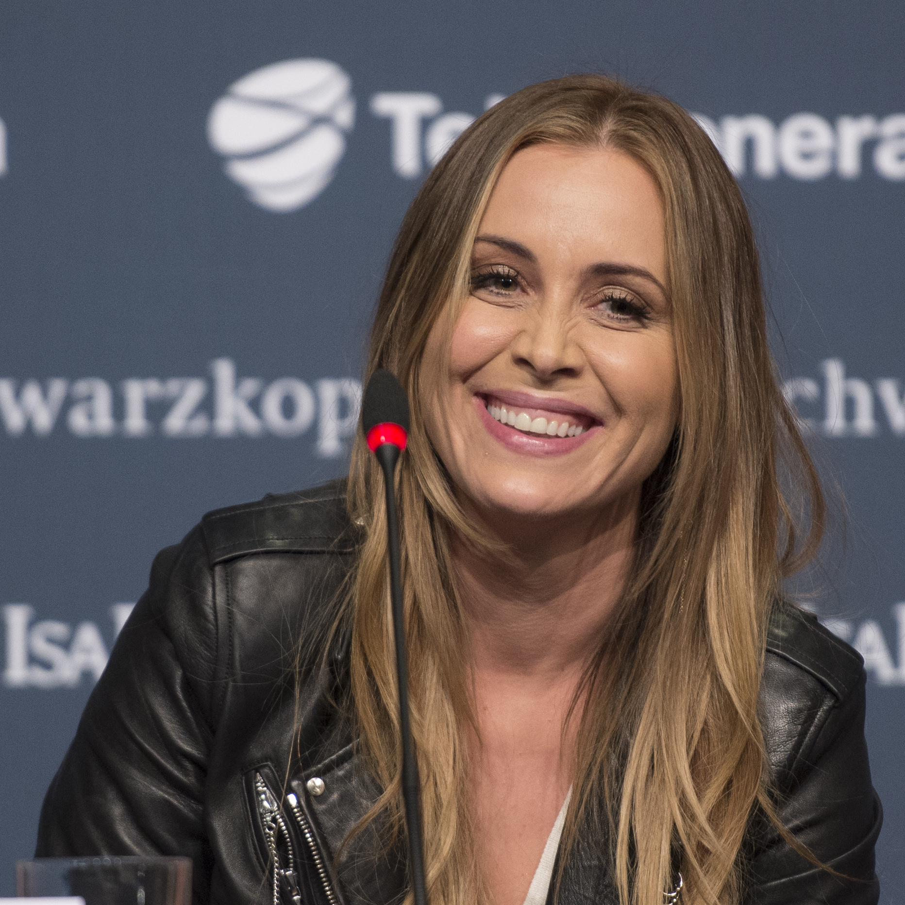 The 43-year old daughter of father (?) and mother(?) Anouk in 2018 photo. Anouk earned a  million dollar salary - leaving the net worth at 4 million in 2018